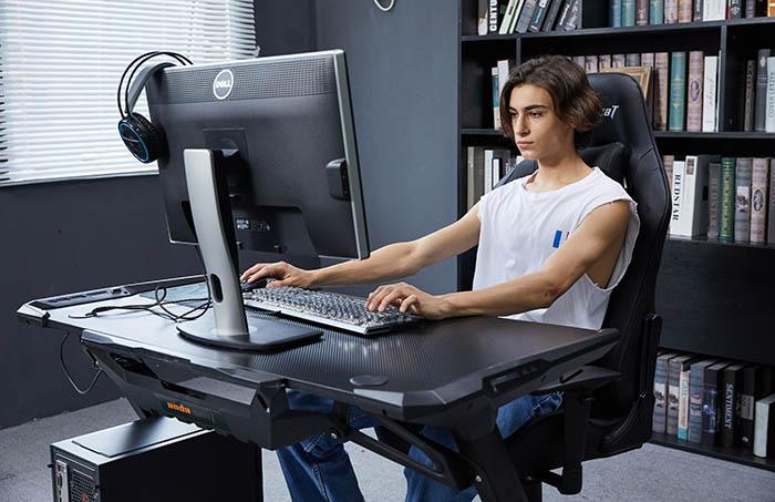 黑色款工作室专用电竞椅  高清场景图
