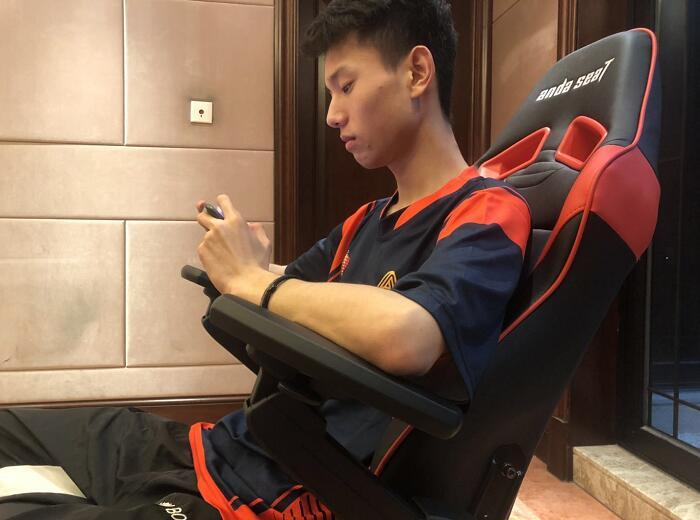 专业电竞椅 躺赢王座 AMY战队体验图