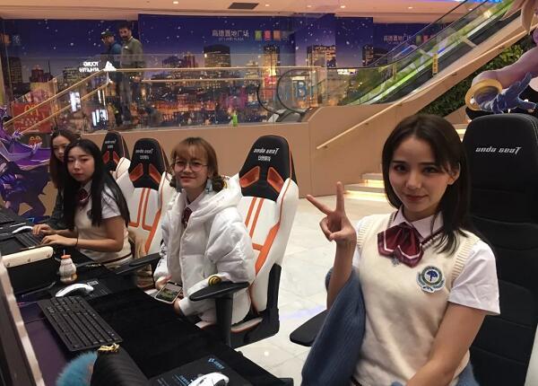 坐安德斯特电竞椅上的小姐姐们