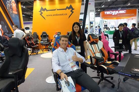 体验Super chair电竞椅